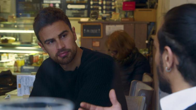 Theo James solidario